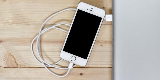Apple iPhone se dobíjí v MacBooku - vloženo do článku