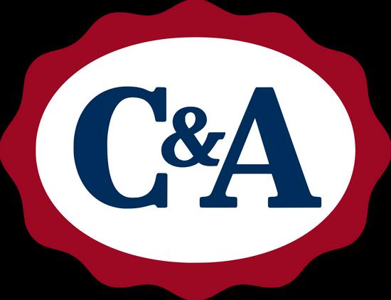 Modré logo holandské textilní společnosti C&A na bílém pozadí s červeným okrajem - vložené v článku