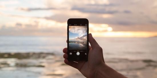 Moře s mobilním telefonem či smartphonem ze soutěže odměna za dobití